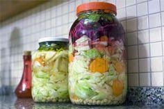 Pickles neboli kvašená zelenina je plná vitaminů. Tady je recept pro začátečníky – Abecedazahrady.cz Antipasto, Pickles, Mason Jars, Canning, Food, Contouring, Essen, Appetizer, Mason Jar