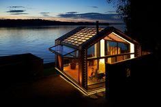 Graypants Collective vient de réhabiliter un vieux garage au bord d'un lac en magnifique lieu d'habitation.