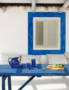 窓枠の青が白壁に映える、わらぶきの屋根のビーチハウス…ポルトガルの首都、リスボン郊外よりご紹介です。 外観に使った資材は、全てリサイクルの木材などを再利用。 中はアフリカンテイストなインテリアで、コーディネートされていま …