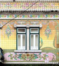 Windows of Lisbon - Portugal - Art Nouveau tiles - Sintra Portugal, Spain And Portugal, Portuguese Culture, Portuguese Tiles, Art Nouveau, Architecture Unique, Amazing Buildings, Tile Art, Tile Murals