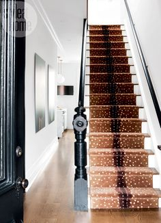 A Brooklyn brownstone with a glam twist. This spotted antelope-print runner gives an unexpected punch, introducing a graphic pattern into the front hall. t's classic but edgy. White Staircase, Staircase Runner, Staircase Design, Stair Runners, Staircase Ideas, Railing Ideas, Foyer Ideas, Brooklyn Brownstone, Style At Home