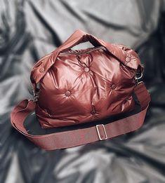 """СТЕГАНЫЕ СУМКИ. АВОСЬКИ. on Instagram: """"В сториз одинаковое кол-во голосов получили винный и бежевый, и одинаковое, но чуть меньше серый и зеленый. А по факту новая сумка в винном…"""" Quilted Bag, Backpacks, Bags, Fashion, Handbags, Moda, Fashion Styles, Taschen, Fasion"""