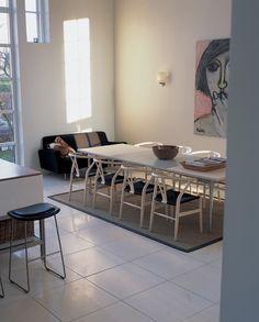 As cadeiras Wishbone, da Carl Hansen, são clássicos para sua sala de jantar.