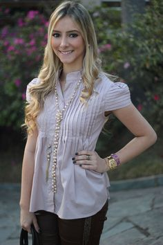 look-da-onca-blusa-rose-neca-design-calca-couro-marrom-colar-comprido-perolas