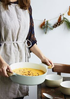Je vous propose une délicieuse recette de potage de courge qui se double facilement si vous recevez plusieurs convives pendant la période des fêtes.