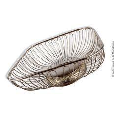 """Corbeille design en métal argenté """"vintage"""" Dimensions 23,5 cm x 23 cm Hauteur 8,5 cm Bon état général. Traces d'usages et usure du temps"""