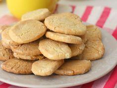 Receta con explicación detallada y fotografías de cada uno de los pasos a seguir para preparar en casa unas galletas de limón fáciles y riquísimas. Decadent Cakes, Cookie Tutorials, Tasty, Yummy Food, Dessert Recipes, Desserts, Cake Cookies, Chocolate Chip Cookies, Sweet Recipes