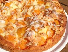 Für den Marillenkuchen die Butter, Zucker, Dotter und Eierlikör sehr schaumig rühren. Eischnee fest schlagen. Mehl, Schokostreusel und