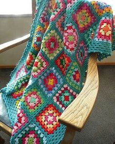 Crocheted granny squares with raise border edgings Crochet: Granny Square Blanket Granny squares.crochet granny squares - simple and pretty. I love a granny square!Crochet granny square throw that is colorful on the inside with a border in turquoise Crochet Diy, Crochet Afghans, Beau Crochet, Manta Crochet, Love Crochet, Crochet Blanket Patterns, Learn To Crochet, Beautiful Crochet, Crochet Crafts