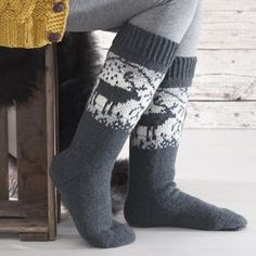 Ohje: Poro-sukat Comfy Socks, Crochet Woman, Christmas Knitting, Fun Projects, Mittens, Ravelry, Slippers, Beanie, Scarves