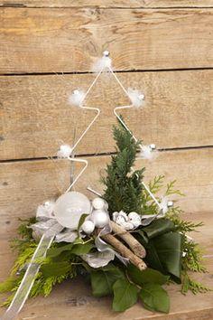 kerststuk met wit metalen kerstboom