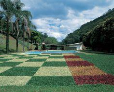 Fachada da casa Edmundo Cavanelas, em Pedro do Rio (RJ), projetada por Oscar Niemeyer. A obra, datada de 1954, tem paisagismo criado por Roberto Burle Marx, no qual se destaca o xadrez de gramíneas