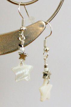 Superbe paire de boucles d'oreille étoile blanche en nacre et perles en métal argenté : Boucles d'oreille par jewelry-mib