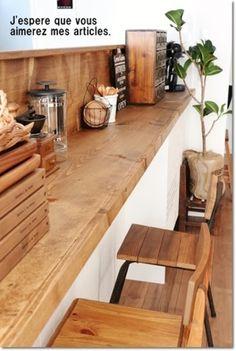 天板をL型にすれば、まるでカフェのカウンターのようなキッチンカウンターに。お茶するのが楽しくなりそうなコーナーになりますね。
