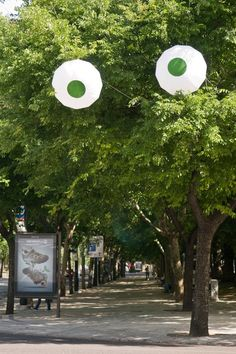 I simply have to put eyes on a tree this summer. It's funny =)  Picture from www.facebook.com/...