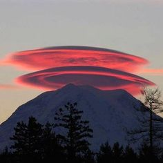 Beautiful sunset photo of Mount Rainier with not one but two cap clouds.also known as Lenticular clouds. Via KING 5 Weather. All Nature, Amazing Nature, Science Nature, Pink Nature, Earth Science, Monte Shasta, Monte Rainier, Beautiful Sunset, Beautiful Places