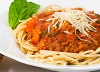 Spaghetti Dinner This rich, tangy sauce with pasta makes a healthy meal that is sure to please all. Who said you had to diet to lose weig. Dinner Recipes For Kids, Healthy Dinner Recipes, Kids Meals, Easy Meals, Easy Recipes, Whole Wheat Spaghetti, Spaghetti Dinner, Bolognaise Recipe, Venice Nutrition