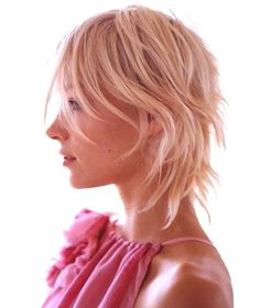 HOW CUTE / COOL / CHIC IS THIS FEATHERED / RAZOR CUT & talk about low-low maintenance – dare I say, it's 'wash and wear'… If you're looking for a new do, print this out and take it to your hairdresser – it's perfect for winter and summer. {Loving the colour too.} {Pic: Pinterest}