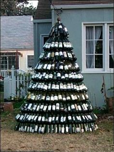 Wine Bottle Tree HMMM what will the neighbors think? that I am a wino? Wine Tree, Wine Bottle Trees, Empty Wine Bottles, Recycled Wine Bottles, Wine Bottle Crafts, Bottle Art, Glass Bottle, Beer Bottles, Unusual Christmas Trees