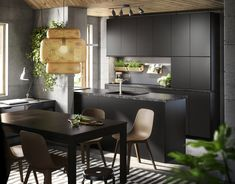 METOD/KUNGSBACKA keuken   IKEA IKEAnl IKEAnederland inspiratie wooninspiratie interieur wooninterieur duurzaam PET natuurlijk kwaliteit antraciet zwart keukensysteem veelzijdig front fronten lade lades laden deuren SINNERLIG hanglamp BJURSTA tafel meubel meubels meubelen STOCKHOLM vloerkleed tapijt kleed modern eetkamer