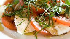 En tradisjonell italiensk tomatsalat, Insalata Caprese som passer til forrett eller som tilbehør til en god hovedrett.