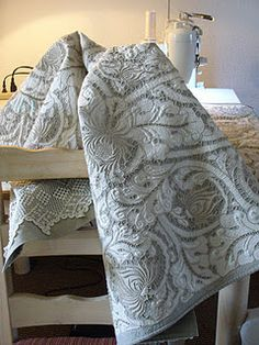 exquisite quilt.  a great way to give new life to those vintage linens, whether inherited or a wonderful find!  make a quilt with them!