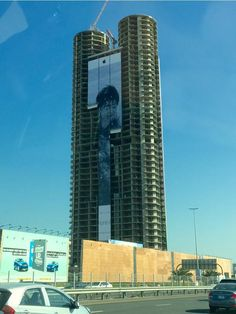 Apple hanging billboards on skyscrapers and buildings around the world to showcase iPhone 6 photography