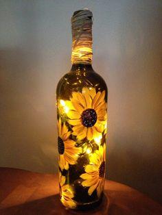 Botella de vino pintada con un toque de luz.Cada botella es pintado a mano y hecho a mano.Estos hacen un gran regalo para cualquier