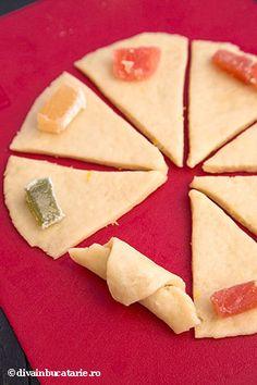 CORNULETE FRAGEDE CU BORS UMPLUTE CU RAHAT | Diva in bucatarie Macarons, Cake Decorating, Deserts, Goodies, Food And Drink, Cheese, Cooking, Sweet Treats, Lab
