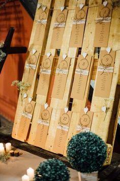 30 kreative Ideen & Inspirationen für euren Tischplan Wedding table plan on a pallet # table plan # seating plan # seating plan Seating Arrangement Wedding, Wedding Seating, Wedding Table, Wedding Ceremony, Wedding Venues, Wedding Favors, Palette Table, Decoration Palette, Wedding Planner