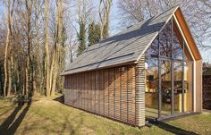 Built by Roel van Norel,Zecc Architecten in Utrecht, The Netherlands with date Images by Stijn Poelstra. In the rural area north of Utrecht a compact recreation house has been realized. The house is constructed in wood and. Log Cabin House Plans, Cabin Floor Plans, Log Cabin Homes, Cabin Kits, Utrecht, Contemporary Cottage, Modern Cottage, Contemporary Interior, Architecture Durable