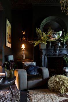 Couleurs foncés pour cet espace cheminée fauteuil  #decoration #design Retro Home Decor, Cheap Home Decor, Diy Home Decor, Interior Home Decoration, Decor Vintage, Dark Living Rooms, Living Room Decor, Dark Rooms, Modern Living