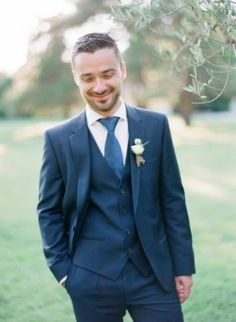 a navy three-piece suit, a white shirt and a bright blue tie plus a white boutonniere to refresh the look - Weddingomania Groomsmen Fashion, Groom And Groomsmen Attire, Groom Outfit, Wedding Groom, Wedding Suits, Navy Tux, Indigo Wedding, White Boutonniere, Modest Wedding Gowns