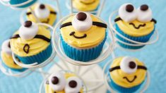 Make Minion cupcakes for your Minion party with marshmallow eyes! | Mum's Grapevine