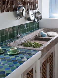 Casa Simples tiled kitchen with stone sink Kitchen Tiles, New Kitchen, Kitchen Decor, Summer Kitchen, Kitchen Black, Kitchen Counters, Kitchen Island, Kitchen Cabinets, Kitchen Furniture