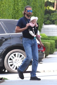 Okay, finally we see the baby! Irina Shayk and Bradley Cooper were spotted on a rare outing since the beauty gave birth to their daughter Lea de Seine in April. And guess what makes this even more . Bradley Cooper Baby, Bradley Cooper Irina, Irina Shayk Baby, Taking New York, Dad Baby, New York Photos, Ali Larter, Christina Hendricks, Leonardo Dicaprio