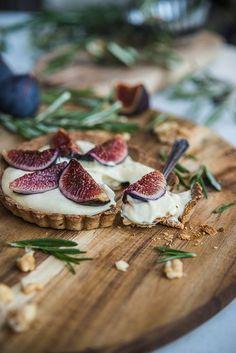 Winters dessert recept: limoncello vijgentaartjes met walnoten en rozemarijn deeg. // via Gourmantine Blog