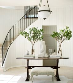 The house welcomes you with a spacious, light-filled and graceful foyer.