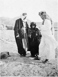 Guerrilla Operations Colonel T E Lawrence (right) in Arab dress talking to an Arab man and boy. World War One, First World, Arab Revolt, Lawrence Of Arabia, Arab Men, Digital Archives, Historical Images, Guerrilla, Military History