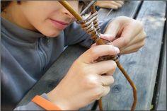 En famille, dans la ferme-atelier construite en botte de paille & en osier, profitez d'un atelier personnalisé ; vous pourrez tresser, avec les enfants dès 6 ans qui  pourront réaliser leur jouet en vannerie. Ferme Atelier Tressages vivants -  Eourres - 04 92 54 00 13