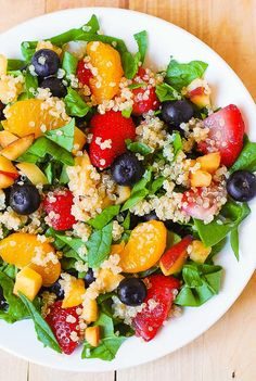 Here is another delicious Summer salad: Quinoa salad with spinach, strawberries, blueberries, peaches, mandarin oranges in a homemade Balsamic vinaigrette dressing. Vegetarian Recipes, Cooking Recipes, Healthy Recipes, Baker Recipes, Free Recipes, Cooking Tips, Cena Light, Spinach Salad, Quinoa Spinach