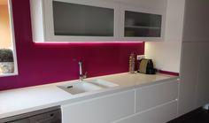 Cómo darle color a una cocina blanca Color Magenta, Bathroom Lighting, Mirror, Furniture, Home Decor, Gray Countertops, Kitchen White, Modern Bedrooms, Modern Design
