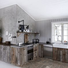 This Norwegian Christmas cabin decor oozes a relaxed ambiance the place classic fi. This Norwegian Christmas cabin decor oozes a relaxed ambiance the place classic finds combine in superbly with new house decor and a reclaimed kitchen. Reclaimed Kitchen, Wooden Kitchen, Rustic Kitchen, Barn Kitchen, Nice Kitchen, Kitchen Small, Kitchen Layout, Küchen Design, House Design