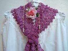 Sciarpa in pizzo stile boho chic eseguita a mano all'uncinetto in cotone color ciclamino con un fiore in tinta. Crochet moda donna romantica
