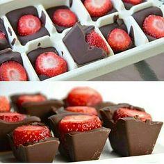 Uma versão diferente de bombom de frutas! Em uma forminha de gelo, coloque a fruta em cada espacinho (experimente com morangos e uvas inteiras, ou manga, pêssego e kiwi em cubos). Derreta o chocolate em banho-maria e preencha os espacinhos da forma. Leve ao freezer por cerca de 40 minutos. E aproveite! ;) #dietaesaudeoficial #dietads #dicadanutri #doces #reeducaçãoalimentar #regram #repost