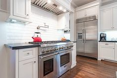 415 12th St Houston, TX 77008: Photo Thermador's Professional Series appliances -- for excellent cooks and those who aspire to be -- including a 6-burner gas range with pot filler, pro vent hood, built-in refrigerator, wine fridge and more.