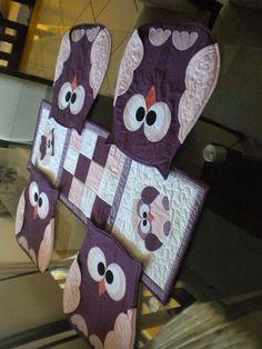 Conjunto de 4 jogos americanos em formato de corujinha, com asas porta talheres e guardanapo, com quilt livre e centro de mesa para apoiar as travessas com aplicação e detalhes em quilt. Cada corujinha mede 40cm por 41cm e o centro de mesa 75 cm por 30 cm. Podem ser vendidos separadamente, sendo cada corujinha R$38,00 e centro de mesa R$ 54,00. As cores podem variar conforme solicitação ou disponibilidade. As cores podem variar conforme solicitação ou disponibilidade. R$ 194,70