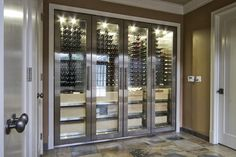 Alta tecnologia para enófilos.    modern wine cellar by Vin de Garde Wine Cellars Inc