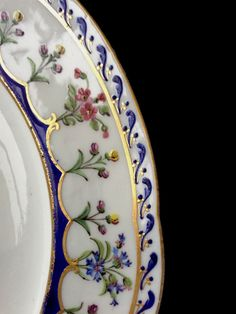 Assiette en porcelaine de Sèvres XVIIIe siècle Chinoiserie, Fine China Patterns, Tea Culture, Objet D'art, China Dinnerware, Porcelain Ceramics, Dresden, Antique Silver, Hand Painted