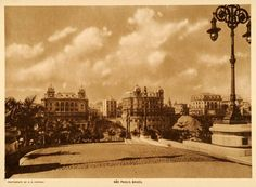1917 - Parque do Anhangabaú. A fotografia foi tomada da esplanada do Municipal e destaca os três Palacetes do Conde Prates. Do lado direito, o Viaduto do Chá e o prédio que foi projetado inicialmente como do Conde e mas acabou abrigando a sede do Grande Hotel de La Rotissiere Sportsman, foi demolido no final da década de 1930 e em seu lugar foi erguido o Edifício Matarazzo (a atual Prefeitura).